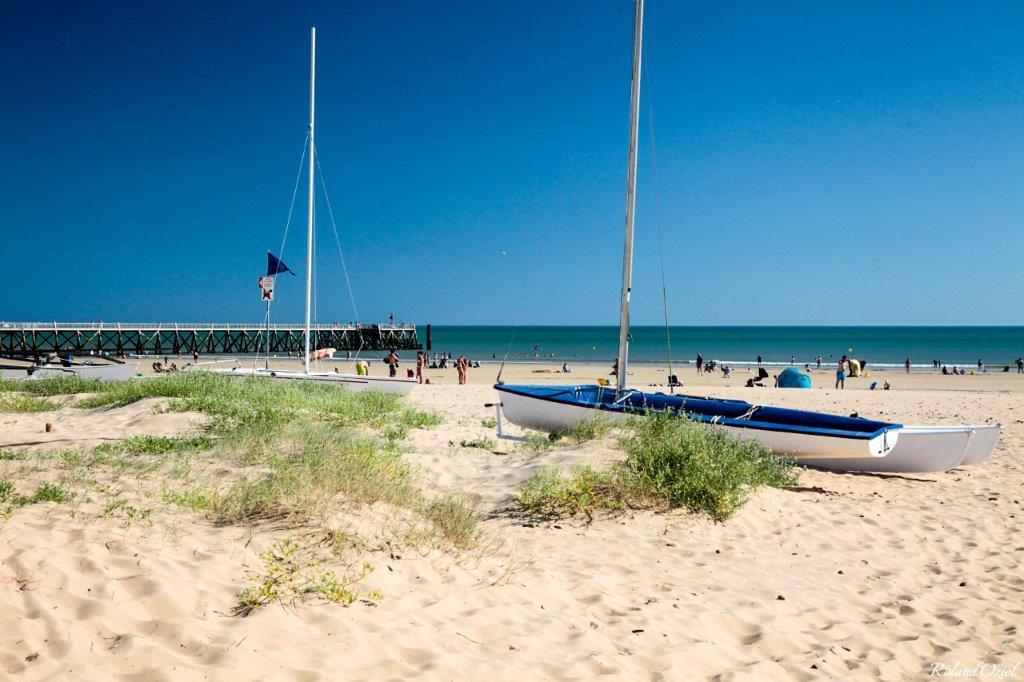 grande plage avec activités nautiques